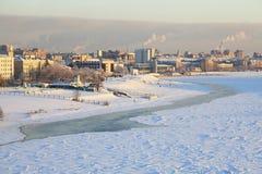 Χειμερινή εικονική παράσταση πόλης στον ποταμό Irtysh. Κέντρο του Ομσκ. στοκ εικόνες με δικαίωμα ελεύθερης χρήσης