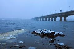 Χειμερινή εικονική παράσταση πόλης Kyiv με τη γέφυρα Paton πέρα από τον ποταμό Dnieper ομιχλώδης όψη πρωινού Λεπτά πριν από τις χ Στοκ φωτογραφία με δικαίωμα ελεύθερης χρήσης