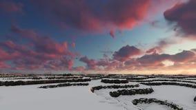 Χειμερινή εναέρια πτήση ηλιοβασιλέματος πέρα από το βουνό απεικόνιση αποθεμάτων