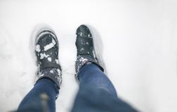 Χειμερινή εννοιολογική φωτογραφία με το χιόνι για τον καιρό Χειμερινές μπότες σε ένα άσπρο παχύ στρώμα του χιονιού στοκ εικόνες