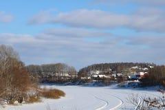 Χειμερινή ημέρα στη μικρή πόλη στοκ εικόνες