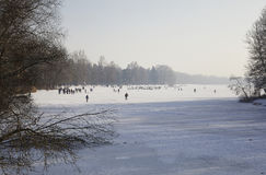 Χειμερινή διασκέδαση του πάγου σε μια παγωμένη λίμνη, Στοκ Εικόνες