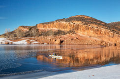 Χειμερινή κωπηλασία σε κανό στο Κολοράντο στοκ φωτογραφία