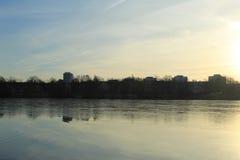 Χειμερινή λίμνη κοντά στο κάστρο στοκ εικόνες