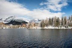 Χειμερινή λίμνη Pleso Strbske σε υψηλό Tatras, Σλοβακία Στοκ εικόνα με δικαίωμα ελεύθερης χρήσης