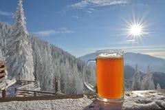 Χειμερινή μπύρα στον πίνακα Στοκ Φωτογραφίες