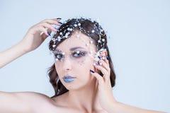 Χειμερινή νεράιδα που απολαμβάνει στο χιόνι Χειμερινή επιθυμία, πρότυπη μόδα Κορίτσι Makeup Χριστουγέννων Ο χειμώνας Hairstyle κα στοκ εικόνες