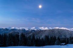 Χειμερινή νύχτα στα βουνά Στοκ εικόνα με δικαίωμα ελεύθερης χρήσης