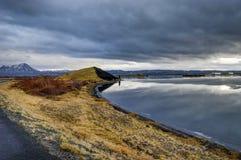 Χειμερινή παγωμένη τοπίο λίμνη με τους επιπλέοντες πάγους αντανάκλασης και πάγου και το γ στοκ εικόνα με δικαίωμα ελεύθερης χρήσης