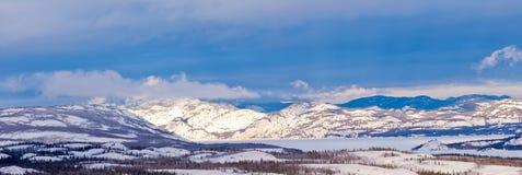 Χειμερινή παγωμένη taiga λίμνη Laberge Yukon Τ Καναδάς στοκ εικόνα