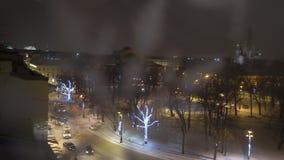 Χειμερινή πόλη που διακοσμείται τη νύχτα για τις νέες διακοπές έτους και Χριστουγέννων φιλμ μικρού μήκους
