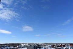 Χειμερινή πόλη στο χιόνι στο υπόβαθρο μπλε ουρανού Στοκ Εικόνες