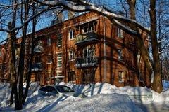 Χειμερινή πόλη, χιόνι, ήλιος Στοκ φωτογραφία με δικαίωμα ελεύθερης χρήσης