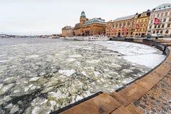 Χειμερινή σκηνή με τα παλαιά εκλεκτής ποιότητας σκάφη σε μια παγωμένη αποβάθρα Στοκ Φωτογραφίες
