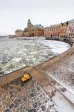 Χειμερινή σκηνή με τα παλαιά εκλεκτής ποιότητας σκάφη σε μια παγωμένη αποβάθρα Στοκ Εικόνα