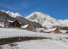 Χειμερινή σκηνή στην κοιλάδα Toggenburg, το βουνό και την παραδοσιακή αρχιτεκτονική Στοκ φωτογραφία με δικαίωμα ελεύθερης χρήσης