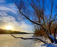 Χειμερινή σκηνή στην παγωμένη λίμνη Στοκ Εικόνα