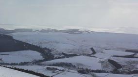 Χειμερινή σκηνή στο εθνικό πάρκο cairngorm κατά τη διάρκεια μιας κρύας ημέρας το χειμώνα, Σκωτία, ηλιόλουστη απόθεμα βίντεο