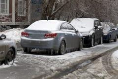 Χειμερινή σκηνή - τυλιγμένο παγετός αυτοκίνητο Στοκ Εικόνα