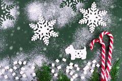 Χειμερινή σύνθεση με το σκυλί και snowflakes Στην πράσινη ανασκόπηση ουρανός santa του Klaus παγετού Χριστουγέννων καρτών τσαντών Στοκ Εικόνες