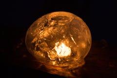 Χειμερινή τέχνη: Φανάρια πάγου με την τρέμοντας πυρκαγιά ενός κεριού Στοκ Εικόνες