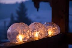 Χειμερινή τέχνη: Φανάρια πάγου με την τρέμοντας πυρκαγιά ενός κεριού Στοκ Φωτογραφίες