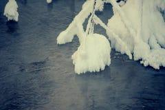 Χειμερινή φωτογραφία: Η άκρη snowdrift στο νερό Στοκ φωτογραφία με δικαίωμα ελεύθερης χρήσης