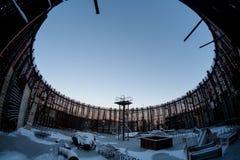 Χειμερινή φωτογραφία του υπολοίπου της κατασκευής των εγκαταλειμμένων ατελών εγκαταστάσεων παραγωγής ενέργειας στοκ φωτογραφία με δικαίωμα ελεύθερης χρήσης