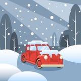 Χειμερινοί δάσος και δρόμος Γύροι αυτοκινήτων στο χιόνι ελεύθερη απεικόνιση δικαιώματος