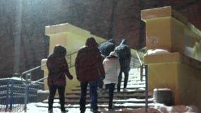 Χειμερινοί καιρός και άνθρωποι νύχτας χιονώδης φιλμ μικρού μήκους