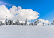 Χειμερινοί σύννεφα και μπλε ουρανός Στοκ Εικόνες