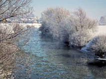 Χειμερινοί τοπίο και ποταμός με τους ρέοντας επιπλέοντες πάγους Στοκ Φωτογραφίες