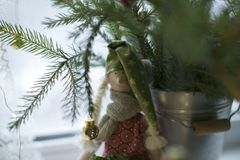 Χειμερινός άγγελος δίπλα στην ανθοδέσμη Χριστουγέννων Στοκ Εικόνα