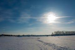 Χειμερινός ήλιος πέρα από τον ποταμό του Βόλγα Στοκ φωτογραφία με δικαίωμα ελεύθερης χρήσης