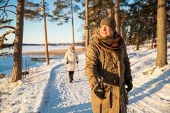 Χειμερινός αθλητισμός στη Φινλανδία - σκανδιναβικό περπάτημα στοκ φωτογραφία