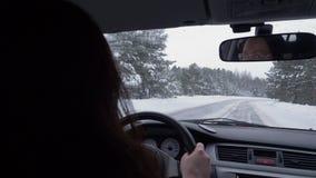 Χειμερινός δρόμος αυτοκινήτων κίνησης γυναικών Καθαρό παράθυρο που φαίνεται πίσω καθρέφτης φιλμ μικρού μήκους