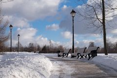 Χειμερινός δρόμος στο πάρκο στοκ εικόνες