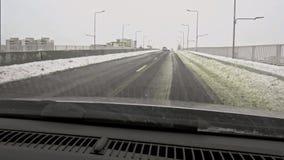 Χειμερινός καιρός στο δρόμο αυτοκινήτων - μειωμένο χιόνι φιλμ μικρού μήκους