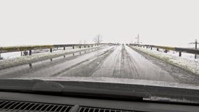 Χειμερινός καιρός στο δρόμο αυτοκινήτων - μειωμένο χιόνι απόθεμα βίντεο