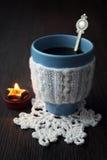 Χειμερινός καυτός καφές και καίγοντας κερί Στοκ Εικόνα