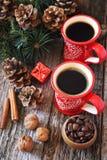 Χειμερινός καφές για δύο, φασόλια καφέ, κώνοι πεύκων και νέες διακοσμήσεις δέντρων έτους Στοκ Εικόνες