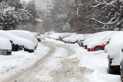 Χειμερινός κυκλώνας Uncleaned οδοί με βαριά snowdrifts μετά από τις χιονοπτώσεις στην πόλη, αυτοκίνητα κάτω από το χιόνι παγωμένο Στοκ φωτογραφίες με δικαίωμα ελεύθερης χρήσης