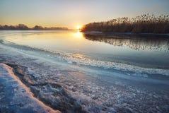 Χειμερινός πάγος λειώνοντας ποταμός πάγο&upsilon Στοκ Φωτογραφία