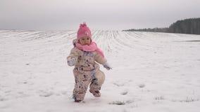 Χειμερινός περίπατος ενός μικρού κοριτσιού στο χιόνι απόθεμα βίντεο