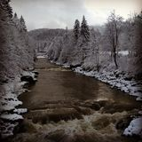 Χειμερινός ποταμός στα βουνά Στοκ εικόνα με δικαίωμα ελεύθερης χρήσης