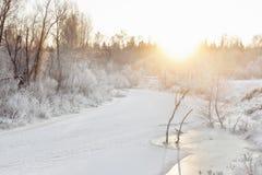 Χειμερινός ποταμός στα ξημερώματα Στοκ Φωτογραφία