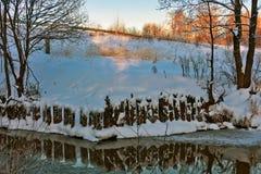 Χειμερινός ποταμός στα ξημερώματα Στοκ εικόνα με δικαίωμα ελεύθερης χρήσης