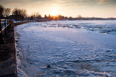 Χειμερινός ποταμός στο ηλιοβασίλεμα Στοκ Φωτογραφία