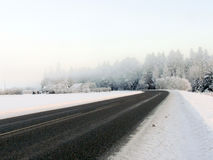 Χειμερινός δρόμος στην υδρονέφωση πρωινού στοκ φωτογραφίες με δικαίωμα ελεύθερης χρήσης