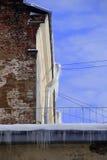 Χειμερινός τοίχος αποφλοίωσης με τα παγάκια Στοκ εικόνα με δικαίωμα ελεύθερης χρήσης